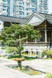 paviljong och gräsplanträd Arkivfoto