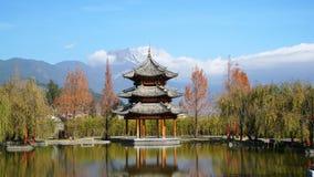 Paviljong och Jade Dragon Snow Mountain arkivfoton
