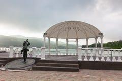 Paviljong och monument på kusten av sjön Abrau, Ryssland Royaltyfria Foton