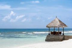 Paviljong och simbass?ng i lyxig semesterort royaltyfri bild
