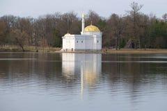 Paviljongen för det turkiska badet på det stora dammet av Catherinen parkerar, den molniga april dagen Tsarskoye Selo Fotografering för Bildbyråer