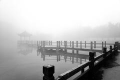 Forntida paviljong i dimman Arkivfoto