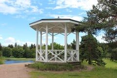 Paviljongen i Monrepoen parkerar i Vyborg Arkivfoton