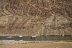 Paviljonger och härligt berg i Painstan Arkivfoton