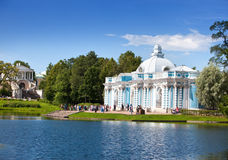Paviljonggrotta på banken av det stora dammet av Catherine Park Pushkin (Tsarskoye Selo) petersburg Royaltyfria Bilder