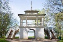 Paviljonggrottan, solig dag kan in Säteri Petrovskoye, Pushkin kullar Fotografering för Bildbyråer