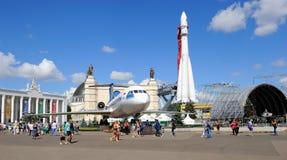 Paviljongutrymme, Yak-42 och raket Vostok-1 Royaltyfri Foto
