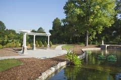 Pavillion和池塘在早晨在科莫公园点燃 免版税库存图片