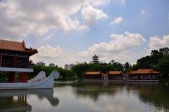 Pavillion和水视图在中国庭院/句容从事园艺 免版税库存照片