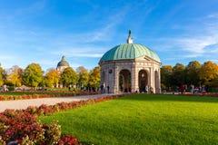 Pavillion на Hofgarten в полдень внутри стоковые изображения