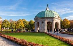 Pavillion на Hofgarten в полдень внутри стоковые фотографии rf