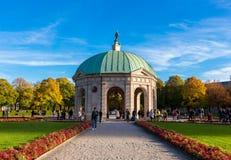 Pavillion на Hofgarten в полдень внутри стоковые изображения rf