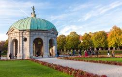 Pavillion на Hofgarten в полдень в осени Мюнхене, Германии стоковые изображения rf