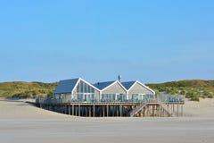 Pavillion 'Faro2 'da praia com o restaurante na extremidade norte da ilha Texel nos Países Baixos foto de stock royalty free