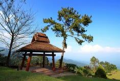 Pavillion auf dem Hügel lizenzfreie stockfotografie