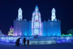 Pavillion azul iluminado na noite, festival da escultura de gelo de Harbin, China fotografia de stock