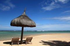 pavillion en stoelen bij het strand Stock Fotografie