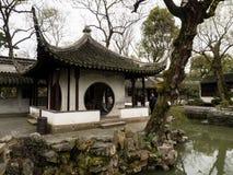 Pavillion i ödmjuka administratörs trädgård, en av de mest berömda klassiska trädgårdarna av Suzhou royaltyfri fotografi