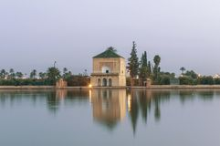 Pavillion sur des jardins de Menara à Marrakech, Maroc Photographie stock libre de droits