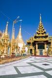 Pavillionen des Shwedagon Komplexes Stockbilder