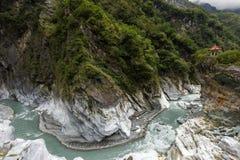 Pavillon auf eine Klippe, steilen Berge, eine Schlucht und einen Fluss bei Taroko Stockfotografie