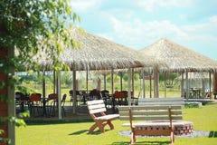 Pavillon avec les meubles extérieurs sur l'herbe photos libres de droits
