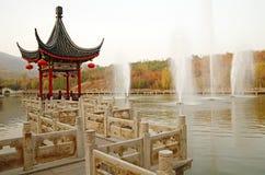 Pavillon chinois de bord de la route dans l'automne Photo stock