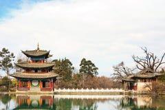 Pavillon chinois sur un lac Image stock