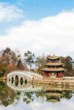 Pavillon chinois sur un lac Photographie stock libre de droits