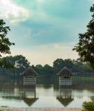 Pavillon concret à l'étang en parc photo stock