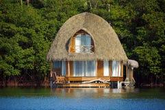 Pavillon couvert de chaume au-dessus de l'eau Images libres de droits