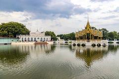 Pavillon d'Aisawan-Dhipaya Asana dans l'étang au palais de douleur de coup, province d'Ayutthaya, Thaïlande R?sidence royale tha? photo stock
