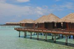 Pavillon d'Overwater avec la conception de zigzag outre d'une île tropicale photographie stock