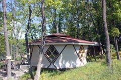 Pavillon dans la forêt photo stock