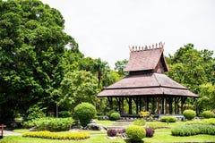 Pavillon dans le jardin aménagé en parc Images libres de droits