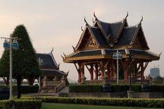 Pavillon dans le jardin public images libres de droits