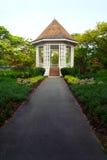 Pavillon dans le jardin tropical avec l'aménagement de frontière d'herbe Photo stock