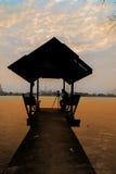 Pavillon de bord de mer de silhouette avec le photographe Image libre de droits