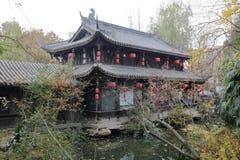 Pavillon de deux étages par l'eau dans le temple de wuhouci, adobe RVB image libre de droits
