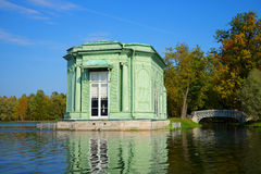 Pavillon de fin de Vénus pendant l'après-midi ensoleillé de septembre Vue du lac blanc Parc de palais de Gatchina Images stock