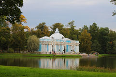 Pavillon de grotte sur le grand étang. La Russie, Tsarsko Image libre de droits