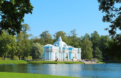 Pavillon de grotte sur le grand étang La Russie, Tsarskoe Selo Photos stock
