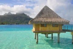 Pavillon de luxe au-dessus d'une lagune Images stock
