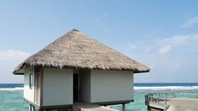 Pavillon de luxe de l'eau avec la piscine en Maldives image stock