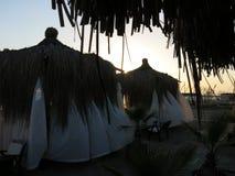 Pavillon de paille de plage Images stock
