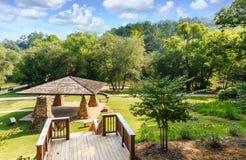 Pavillon de pique-nique de rive en parc public Photographie stock libre de droits