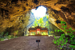 Pavillon in der Höhle, Thailand Lizenzfreie Stockfotos