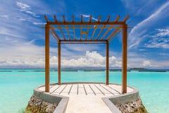 Pavillon en bois chez les Maldives Photos libres de droits