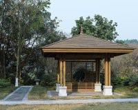 Pavillon en bois en rebord arrière piétonnier Photo libre de droits