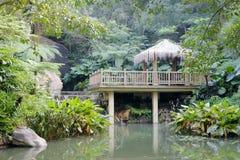 Pavillon en bois par l'étang Photographie stock
